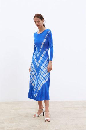 Zara Stickad och batikmönstrad klänning