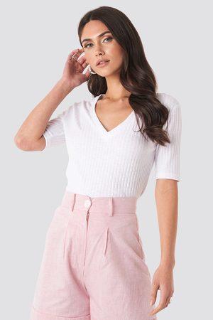 NA-KD Light Knit V Front Sweater - Stickade tröjor - Vit - Medium