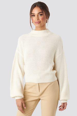 NA-KD Volume Sleeve High Neck Knitted Sweater - Stickade tröjor - Vit - X-Small