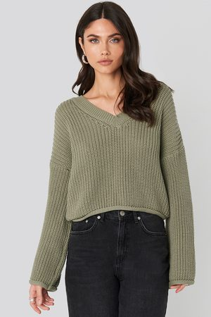 NA-KD Cropped V-neck Knitted Sweater - Stickade tröjor - Grön - X-Large