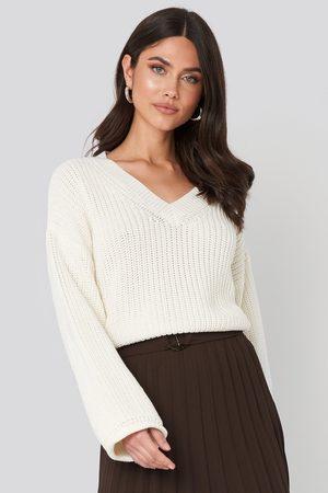 NA-KD Cropped V-neck Knitted Sweater - Stickade tröjor - Vit - Small