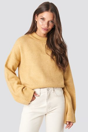 NA-KD Wide Sleeve Round Neck Knitted Sweater - Stickade tröjor - Gul - X-Small