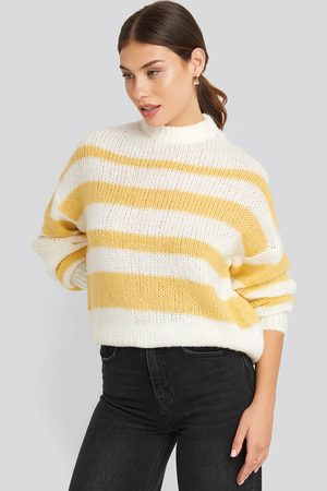 NA-KD Striped Round Neck Oversized Knitted Sweater - Stickade tröjor - Vit,Gul - Large