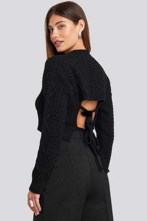 NA-KD Cropped Cable Open Back Sweater - Stickade tröjor - Svart - Medium