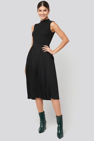 NA-KD Midi Sleeveless Pleated Dress - Vardagsklänningar - Svart - Small