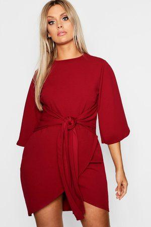 Boohoo Plus - Omlottklänning Med Kimonoärm Och Knytband, Red