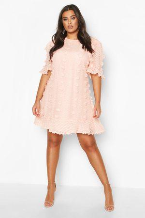 Boohoo Plus - Smockklänning Med Volanger I Mesh Med Struktur, Pink