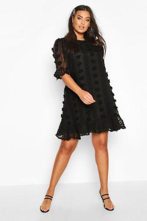 Boohoo Plus - Smockklänning Med Volanger I Mesh Med Struktur, Black