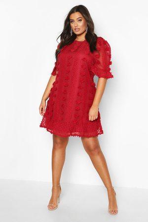 Boohoo Plus - Smockklänning Med Volanger I Mesh Med Struktur, Red
