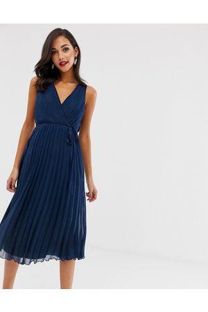 ASOS – Midiklänning med omlottöverdel med knytning i midjan och veckad kjol-Marinblå