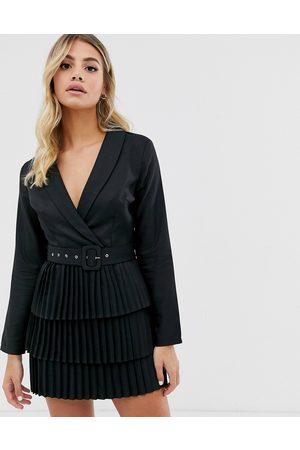 In The Style X Dani Dyer – blazerklänning med djup urringning och plisserad kjol