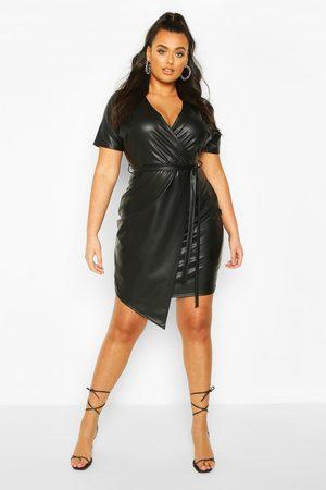 Boohoo Plus - Omlottklänning I Läderimitation, Black