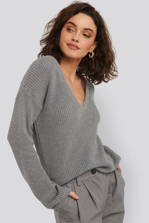 NA-KD Deep Front V-neck Knitted Sweater - Stickade tröjor - Grå - X-Small