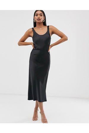 ASOS – , midilång slipklänning i satin med djup halsringning