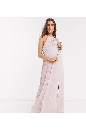 TFNC Maternity – Brudtärna – , plisserad maxiklänning, endast hos ASOS
