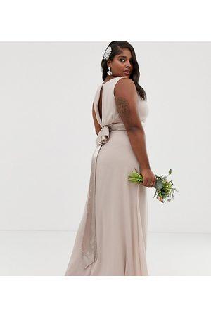 TFNC – Brudtärna – Minkfärgad maxiklänning med rosett bak – Exklusivt i plusstorlek