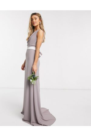 TFNC – Brudtärna – maxiklänning med draperad ringning och rosett bak