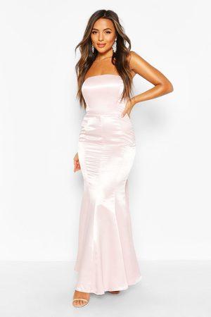 Boohoo Petite - Långklänning I Satin Med Rosett Bak, Pink
