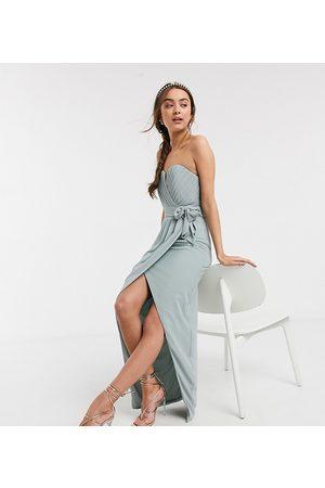 TFNC Kvinna Bandeauklänningar - – Bridesmaid Exclusive – Ljusgrön klänning i bandeau-modell med omlott och plisserad detalj