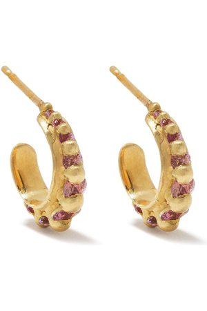 Polly Wales Nova örhängen i 18K gult guld med safir