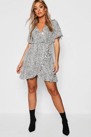Boohoo Plus - Dalmatinprickig Omlottklänning Med Volanger, White