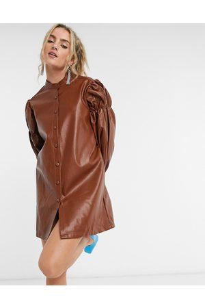 Ghospell – Minilång skjortklänning av konstläder i oversize-modell med volymärm