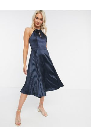 Chi Chi London Marinblå klänning i satin med nyckelhålsöppning