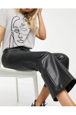 Monki – Wendy – Svarta utsvängda byxor i läderimitation