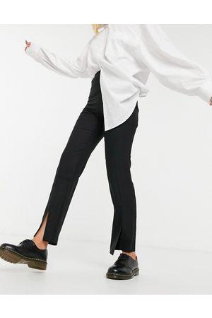 ASOS – Svarta, lössittande byxor med smala ben och slits framtill