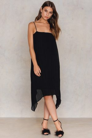 NA-KD Kvinna Asymmetriska klänningar - Pleated Asymmetric Hem Dress