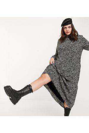 Noisy May – Svart maxiklänning i abstrakt mönster