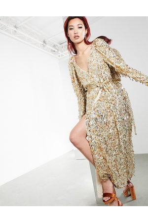 ASOS – Midiklänning med guldfärgade skiv- och teardrop-paljetter och omlottdesign