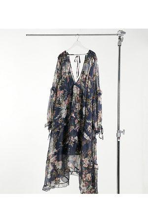 ASOS Kvinna Festklänningar - ASOS DESIGN Curve – Marinblå panelsydd midiklänning i blommigt mönster med rysch och spetskant