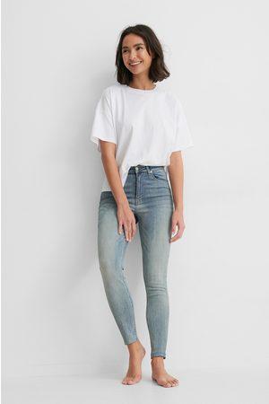NA-KD Ekologiska Skinny Jeans Med Hög Midja Och Rå Fåll