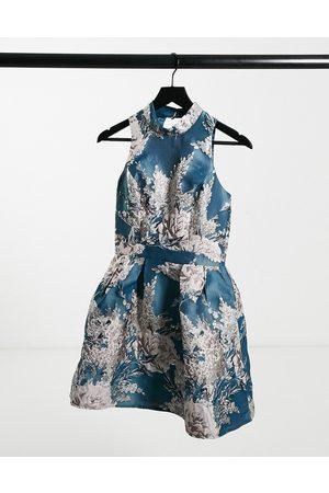 Chi Chi London – Blågrönblommig balklänning i jacquard med minilängd och hög krage
