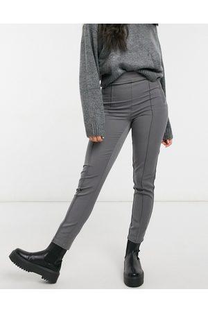 Vero Moda – Mörkgråa smala byxor med dekorativ söm