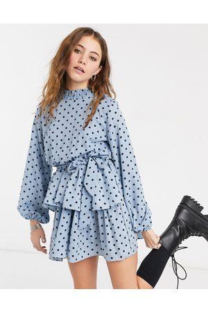 In The Style X Olivia Bowen – Blå prickig skaterklänning med hög ringning och skärp
