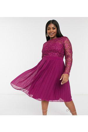 Chi Chi London Chi Chi London – Plusstorlek – Bärrosa midiklänning med spetstopp och plisserad kjol-Pink