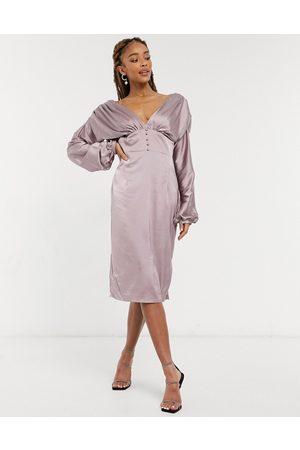 Chi Chi London – Paislie – Minkgrå midiklänning i satin med djup ringning och knappdetalj-Pink