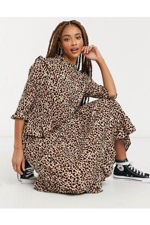 New Look – Brun djurmönstrad midiklänning med volangaxlar