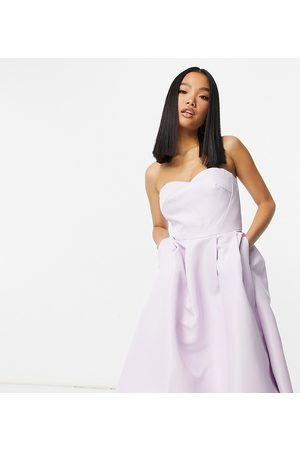 Chi Chi London – Lavendelfärgad midaxiklänning i bandeau med längre bakstycke-Pink