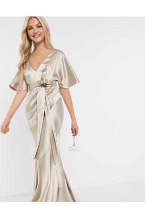 ASOS – Brudtärna – Ostronvit maxiklänning i satin med kimonoärm, kjol med våder och skärp