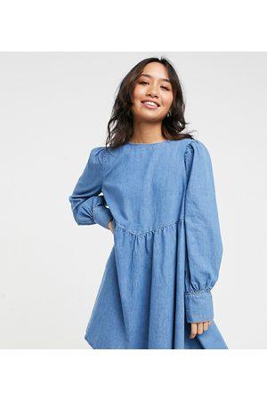 ASOS ASOS DESIGN Petite – Mellanblå mjuk jeansklänning med puffärm och rynkad söm