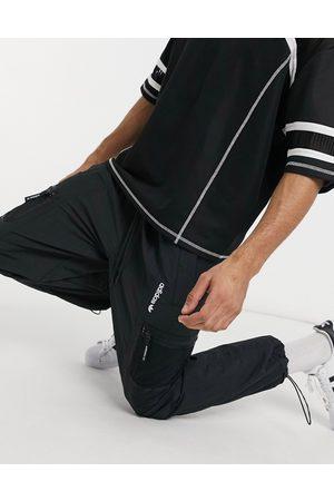 adidas – Adventure – Svarta vävda mjukisbyxor med ficka