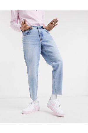 ASOS – Klassiska styva jeans i ljus vintagetvätt med råskuren fåll