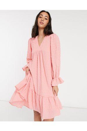 Y.A.S – strukturerad smockklänning i minidesign med ojämn fåll och v-ringning-Pink