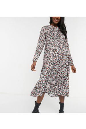 Pieces Maternity – Midiklänning med panelsydd kjol och blandat blommönster-Flera färger
