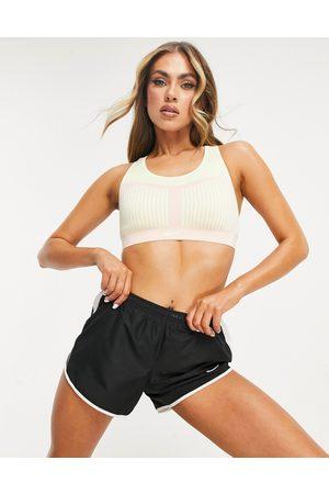 Nike – Flyknit – och gröngul sportbehå med kraftigt stöd-Pink