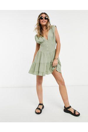 ASOS – Khakigrön panelsydd solklänning med minidesign, smockad midja, krinklad och knäppning framtill