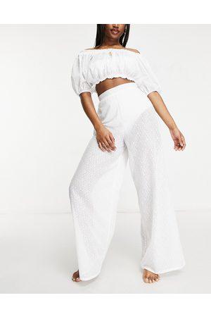 Fashion Union – Exclusive – Vita strandbyxor med vida ben och hög midja av spets